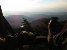 Relaksujący przy dużą wysokością, wpatruje się słońce, góra Parnitha, Grecja Obrazy Royalty Free