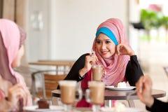 Relaksujący przy stolik do kawy zdjęcia stock