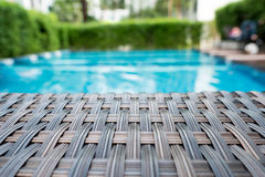 Relaksujący rattan łóżko obok pływackiego basenu obrazy royalty free