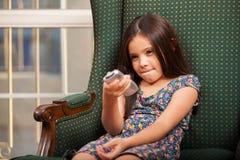 Relaksujący TV i oglądający Zdjęcia Royalty Free