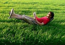 relaksujący wakacyjny czytanie Fotografia Royalty Free