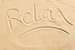 Relaksuję kreślił w złotego plażowego piasek Zdjęcia Stock