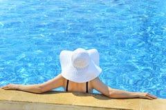 relaksująca basen kobieta Zdjęcia Royalty Free