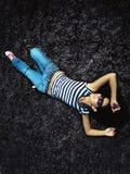 relaksująca trawy kobieta Zdjęcia Stock