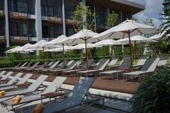 relaksuje ławkę dla sunbaht w pięć gwiazdowym hotelu i ucieka się Obrazy Royalty Free