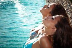 Relaksuje basenem Obrazy Royalty Free