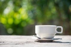 relaksuje czas, białą filiżankę kawy z zielenią i kolor żółty blured boka, Obrazy Royalty Free