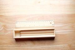 Relaksuje koloru ołówek na drewnianym stole Fotografia Stock