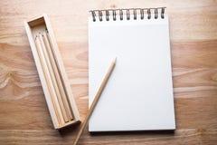 Relaksuje koloru ołówek na drewnianym stole Zdjęcie Royalty Free