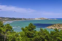 relaksuje lato Piękni wybrzeża Włochy: zatoka Vieste - Apulia, Gargano - obrazy stock