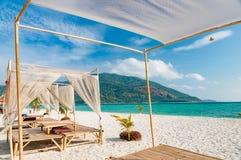 Relaksuje na luksusu VIP plaży z ładnymi pawilonami w świetle słonecznym bl Zdjęcia Royalty Free