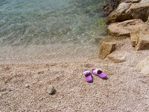 Relaksuje na otoczak plaży w Chorwacja obraz stock