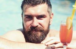 Relaksuje przy morza i zdroju kurortem Mężczyzny napoju i dopłynięcia alkoholiczny napój Wakacje przy Miami Maldives lub plażą ba zdjęcia stock