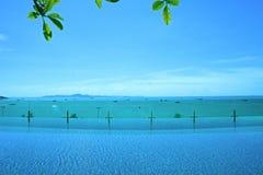 Relaksuje przy pływackiego basenu niebieskiego nieba wyspy widokiem Obrazy Stock