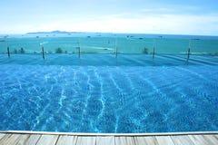 Relaksuje przy pływackiego basenu niebieskiego nieba wyspy widokiem Zdjęcie Stock