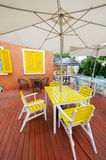 Relaksuje siedzenia i stół w ogródzie Obrazy Stock