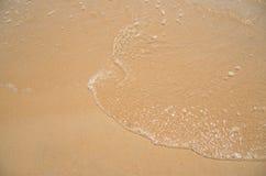 Relaksuje w lato czasie na piasek plaży wyspy naturze z wodną fala Fotografia Royalty Free