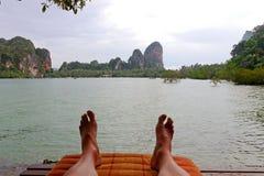 Relaksuje w Tajlandia plaży Zdjęcia Stock