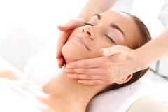 Relaksuje w zdroju - kobieta przy twarz masażem Zdjęcia Stock