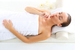 Relaksuje w zdroju - kobieta przy twarz masażem fotografia royalty free