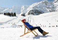Relaksuje w zim górach Obraz Royalty Free
