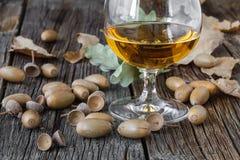 Relaksuje z alkoholem Jesień dąb i szkło whisky fotografia royalty free
