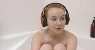 Relaksuje z muzyką w skąpaniu zbiory wideo