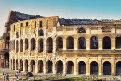 Relance do Colosseum em uma noite do verão com turistas que Colosseum em uma noite do verão com turistas que apreciam as belezas Fotografia de Stock