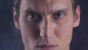 Relance focalizado Olhares masculinos no isolado da câmera O homem olha considerável e fresco O indivíduo concentrado focalizou a filme