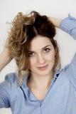 Relance sedutor, guardando o cabelo Imagens de Stock Royalty Free