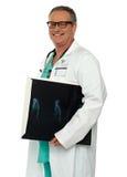 Relatório carreg de sorriso do raio X do doutor do osso de mão fotografia de stock