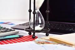 Relatório comercial e cartas na tabela Foto de Stock Royalty Free