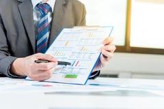 Relatório da mostra do homem de negócios, conceito do desempenho empresarial fotos de stock royalty free