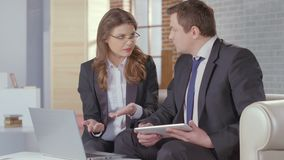Relatório de apresentação assistente da mulher ao chefe, reunião de negócios vídeos de arquivo
