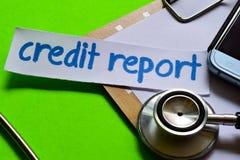Relatório de crédito no conceito dos cuidados médicos com fundo verde fotos de stock royalty free
