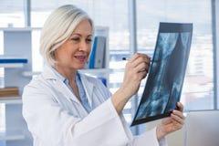 Relatório de exame do raio X do doutor fêmea Fotografia de Stock