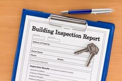 Relatório de inspeção do edifício com pena e chaves Foto de Stock