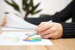 Relatório de revisão da mulher de negócios e original da consultação Imagens de Stock Royalty Free