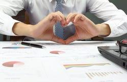 Relatório de Summary do homem de negócios e mão da mostra nós amamos o escritório do trabalho fotografia de stock