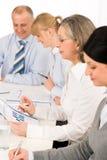Relatório de vendas de exame da equipe da reunião de negócio Fotografia de Stock Royalty Free