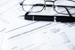 Relatório do balanço financeiro analisando dados do plano de negócio da empresa foto de stock royalty free