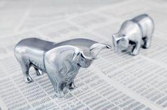 Relatório do mercado de valores de acção com touro e urso Fotografia de Stock Royalty Free