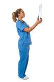 Relatório do raio X do paciente de revisão do doutor fêmea Imagens de Stock Royalty Free