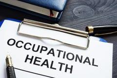 Relatório e bloco de notas da saúde ocupacional imagens de stock