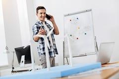 Relatório feliz do homem no telefone sobre o trabalho feito Fotos de Stock