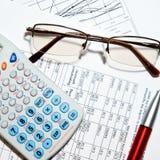 Relatório financeiro - calculadora, vidros e papéis Imagens de Stock