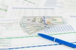 Relatório financeiro com conceito do negócio do dinheiro e da pena Imagem de Stock Royalty Free