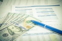 Relatório financeiro com conceito do negócio do dinheiro e da pena Imagens de Stock Royalty Free