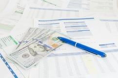 Relatório financeiro com conceito do negócio do dinheiro e da pena Foto de Stock