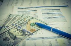 Relatório financeiro com conceito do negócio do dinheiro e da pena Imagem de Stock